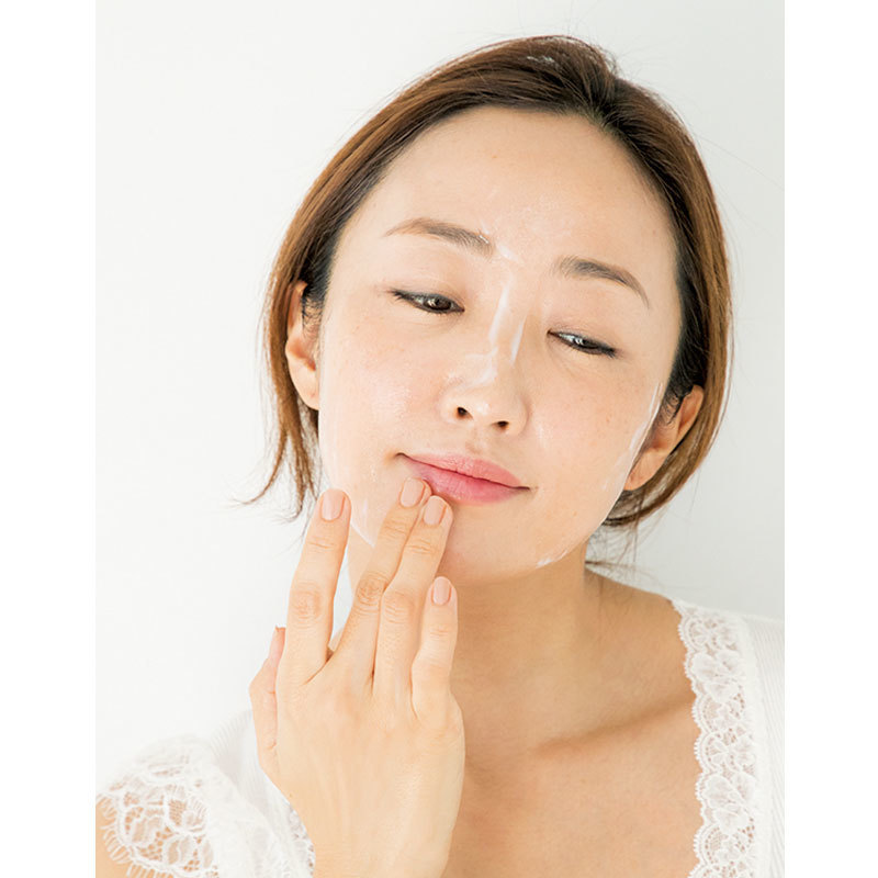 4.乾燥が激しい目もとや口もとは優しく。肌を動かさないように、小さくらせんを描く