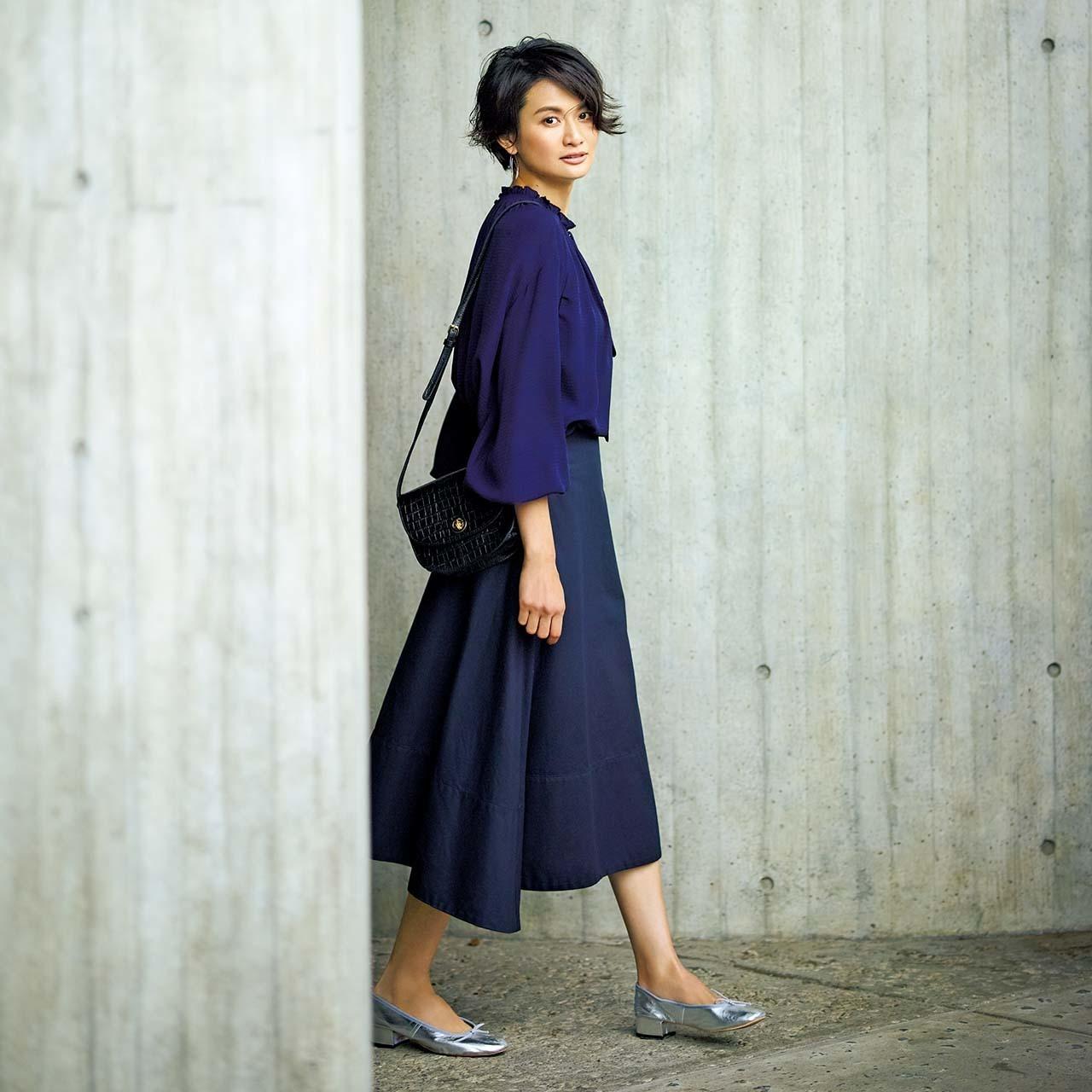 ネイビーの艶ブラウス×スカートのファッションコーデ