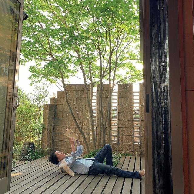 木陰が心地いい中庭で 読書やティータイムを