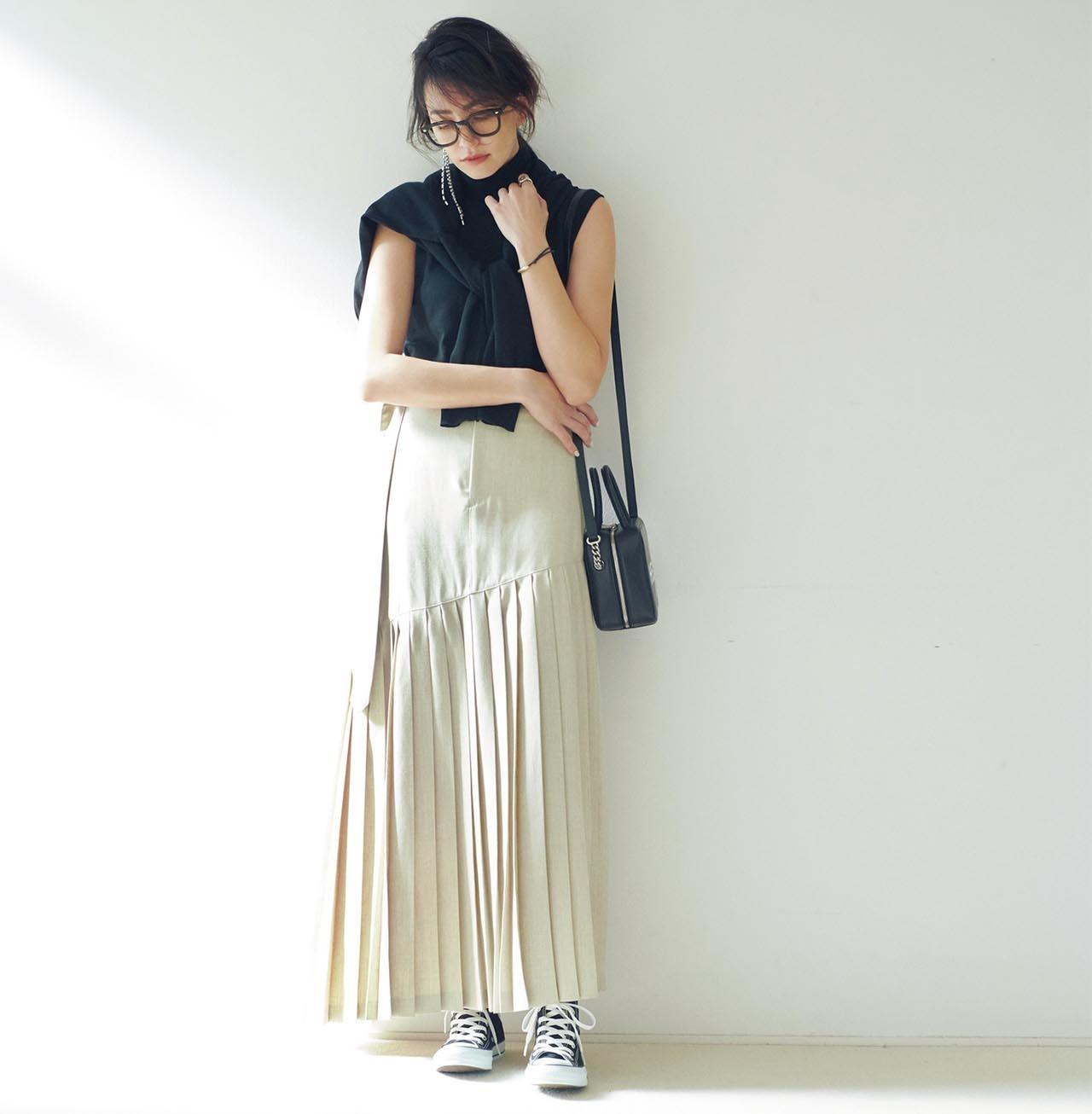 ノースリーブニット×プリーツスカートコーデを着たモデルのRINAさん