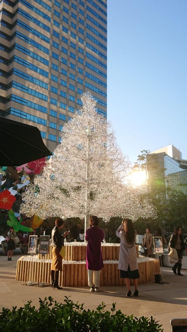 赤坂にある「東京ガーデンテラス紀尾井町」のクリスマスツリー(#^^#) お天気も良く、虹色に光輝いて綺麗。 虹色=全てのチャクラの色♡見ているだけで、心から癒されました♪