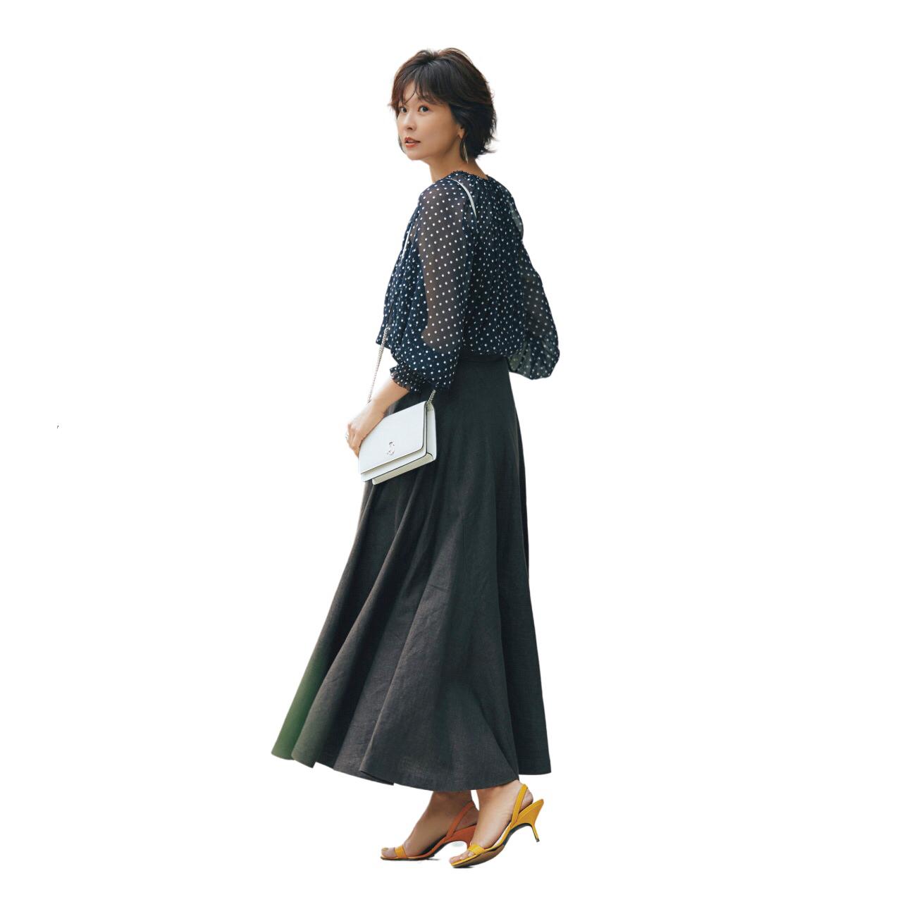 黒シアーブラウスとリネンスカートのコーデ モデル・五明祐子