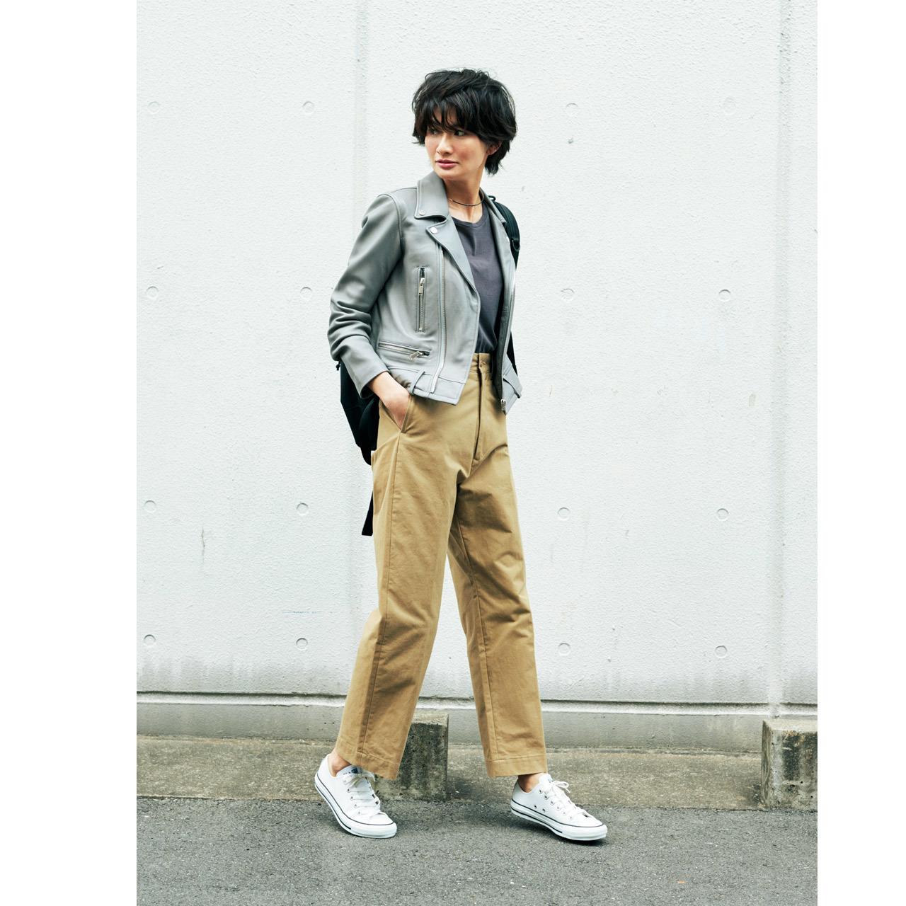 ベージュチノパンツ×ライダースジャケットのファッションコーデ