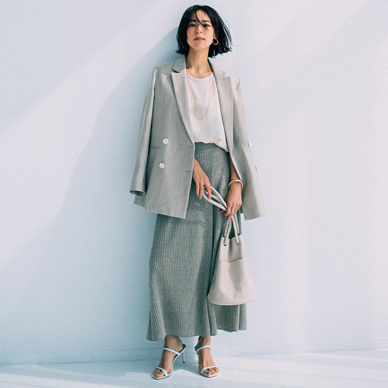 リネンのダブルジャケット×スカートコーデを着たモデルの小泉里子さん