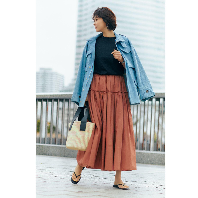 デニムジャケット×ブラウンティアードスカートのコーデ モデル・五明祐子