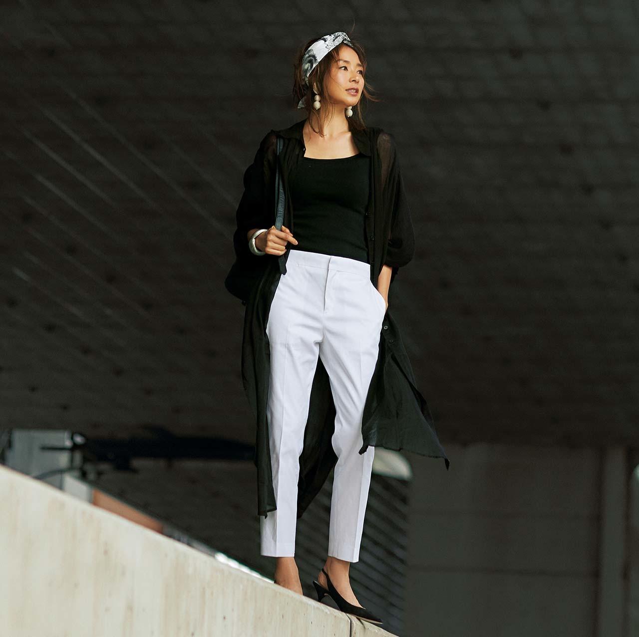 黒のシャツワンピース×白パンツのモノトーンコーデ