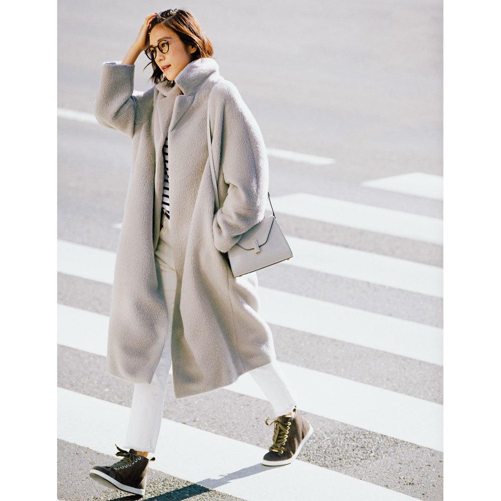 ファッション ビッグチェスターコート×白デニムパンツコーデ