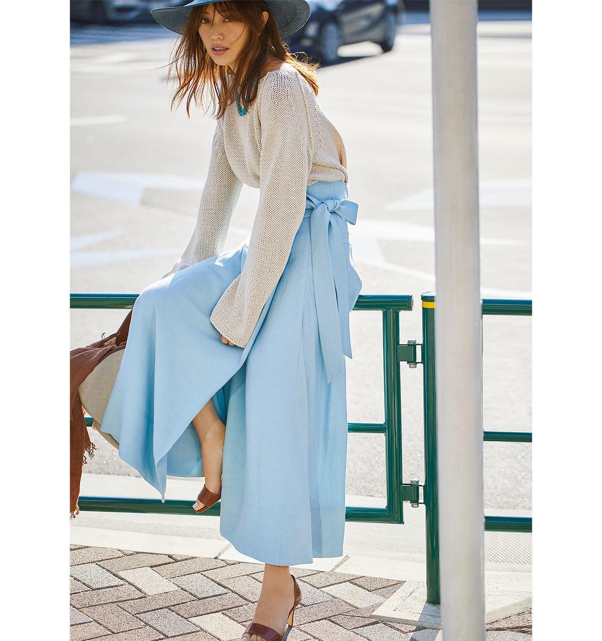 淡いブルーのスカート×ニットコーデ