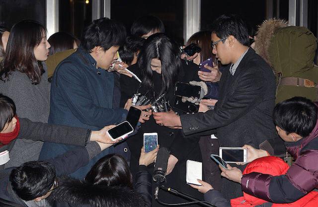 ナッツリターン事件で謝罪する大韓航空の元副社長のチョ・ヒョナ。報道は加熱した(Getty Images)