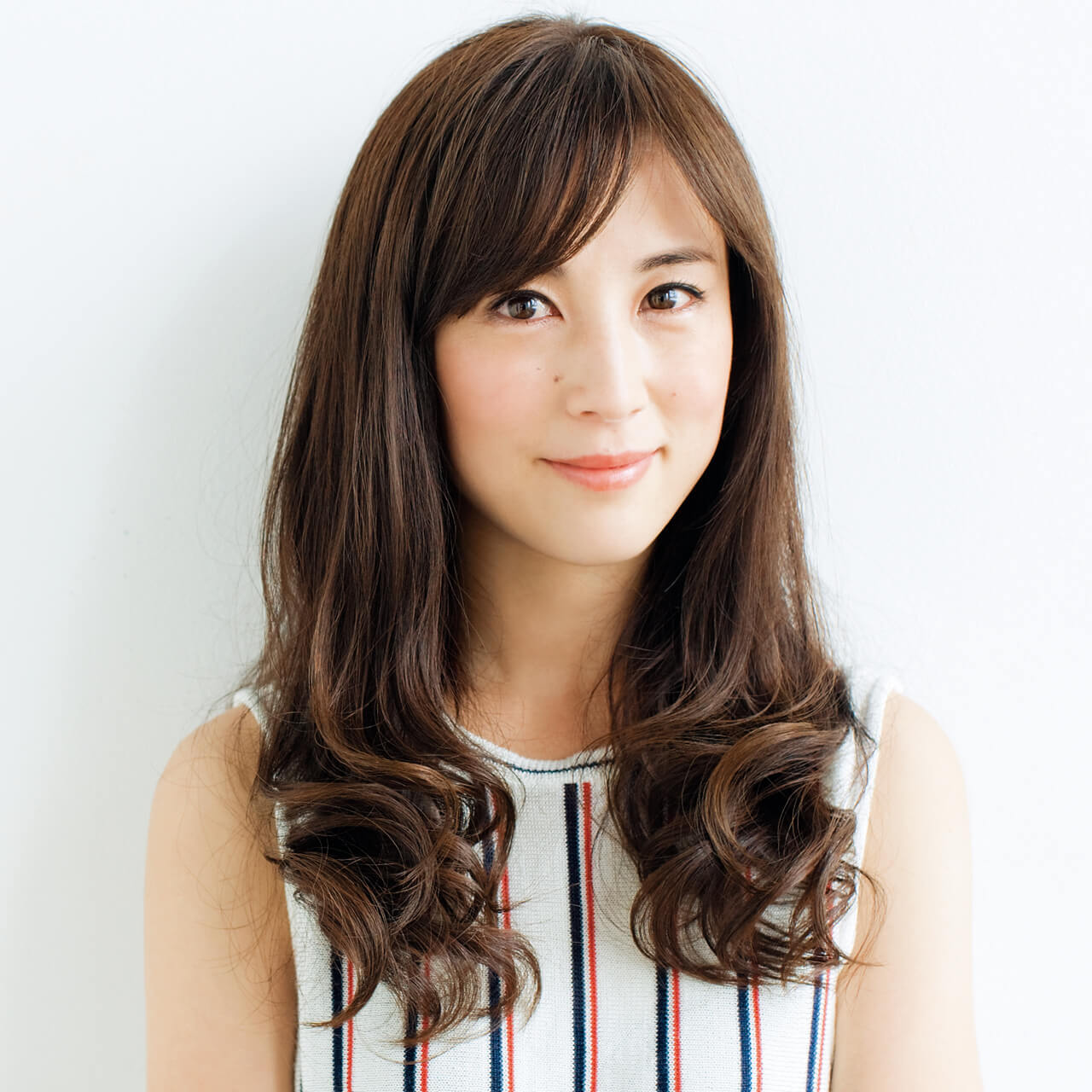 40代を過ぎると顔がやせて面長に見えがち、そこで前髪を深く作り、前髪:目下の顔=1:1の比率に近づけて。長さとのバランスがよくなり、面長感を解消。