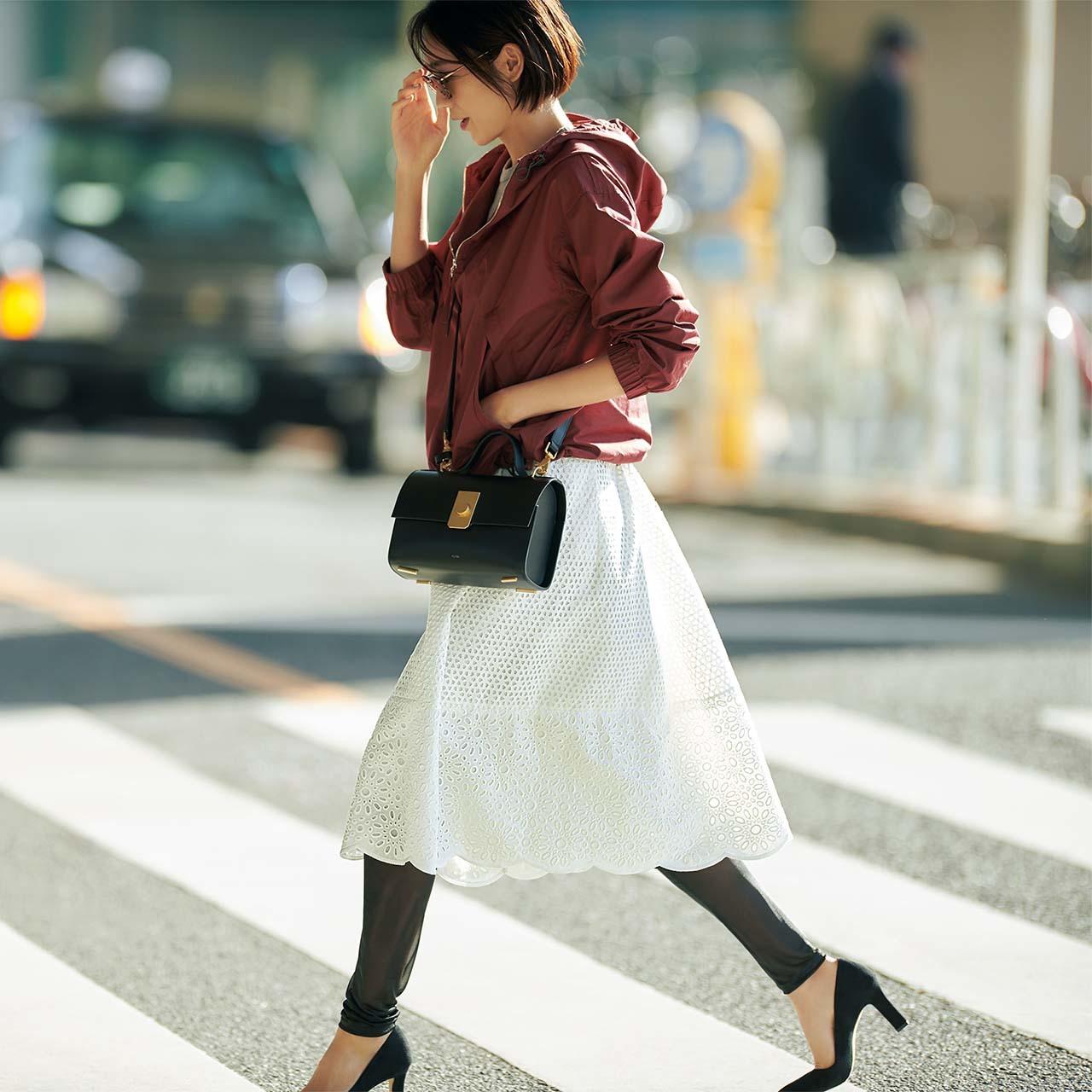 パーカ×レーススカートコーデを着たモデルの竹内友梨さん