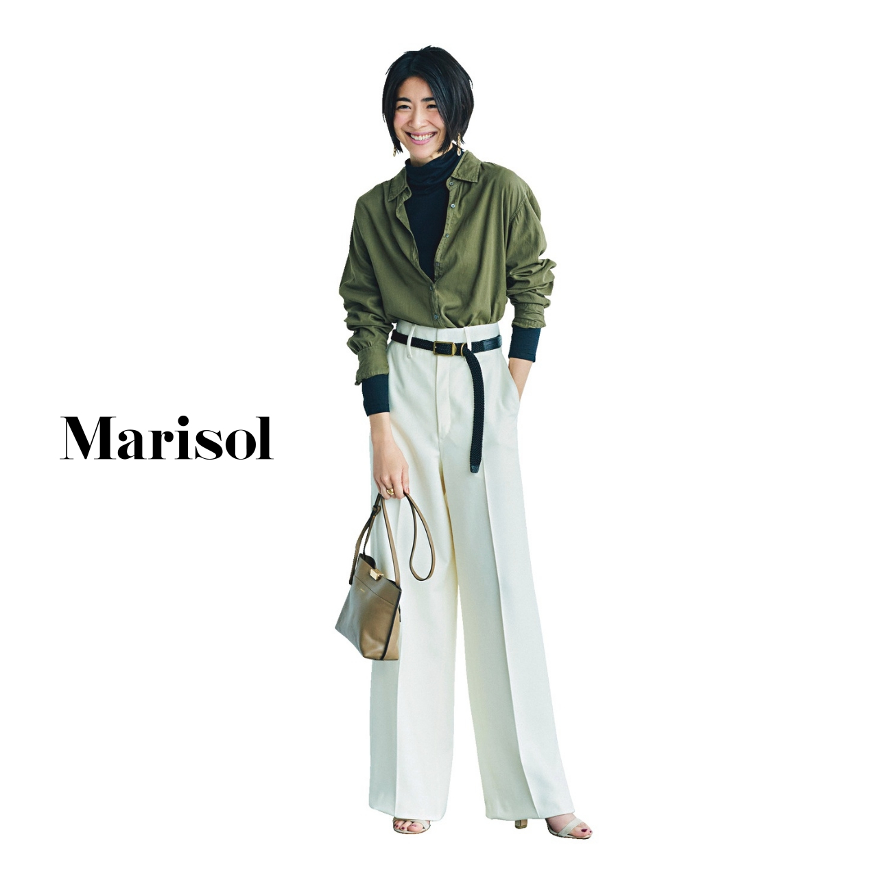 40代ファッション カーキシャツ×黒タートル×白パンツ コーデ