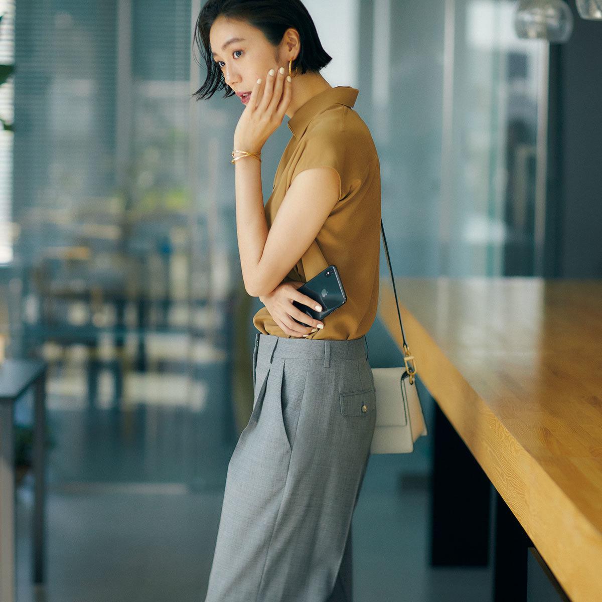 グレーのパンツをはいたモデルの竹内友梨さん