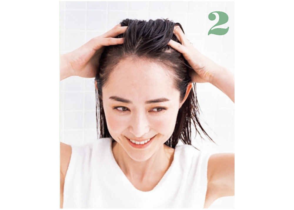 手のひら全体で、頭部全体に行き渡らせる。髪を洗う時の要領で、両側からはさみ撃ちするようにすると、まんべんなくなじませられる。