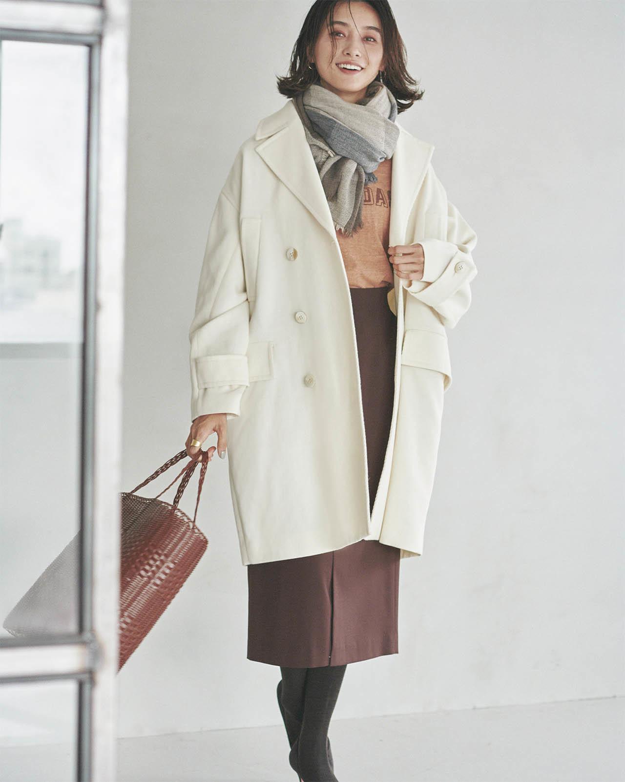 タイトスカートなら大きめミドル丈コートを