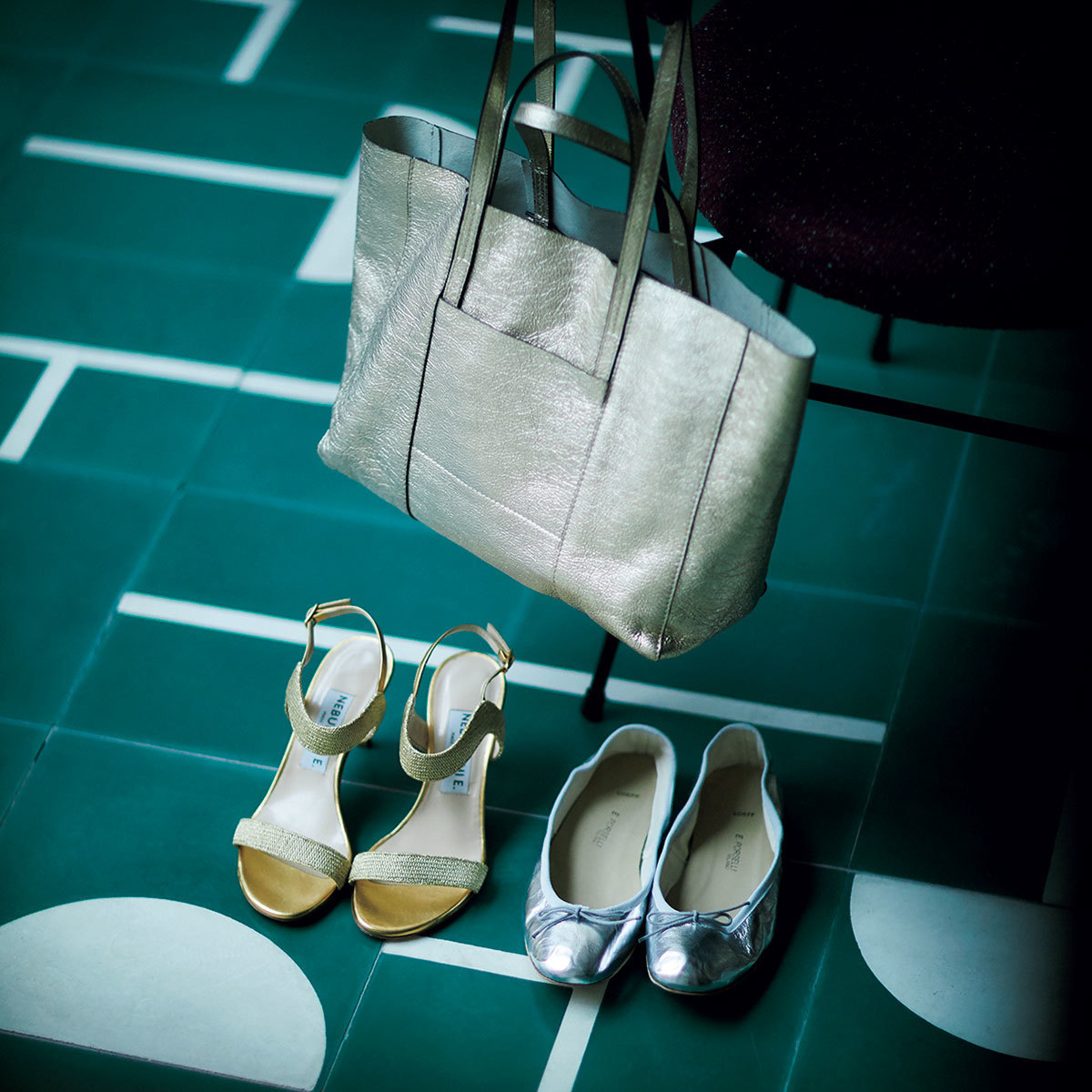 ■METALLIC ITEM:メタリック小物 メタリックの靴やバッグは、ヴィンテージライクなタイプを選ぶのが正確