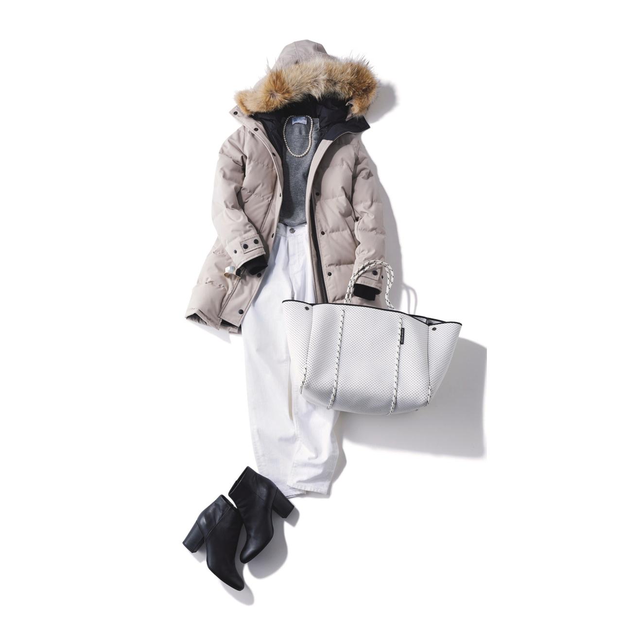 ダウンコート×白デニムパンツのファッションコーデ