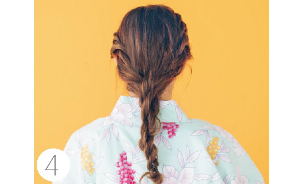 2つの毛束をさらにクロスさせてねじり、1本の毛束にする。きっちりしすぎずルーズなニュアンスを残す。