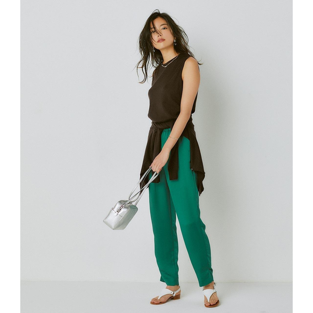 ブラウンツインニット×グリーンのパンツコーデを着たモデルの矢野未希子さん