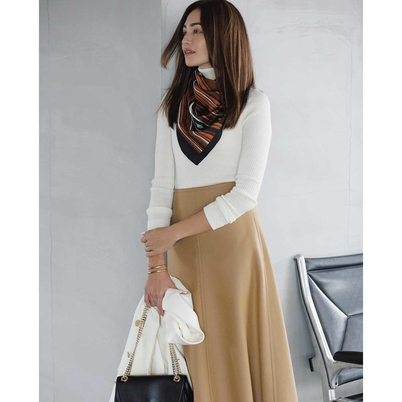 ファッション 白のタートルネックニット×キャメルスカートコーデ