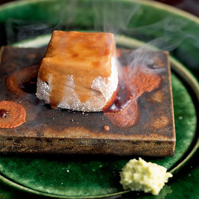 煎った白ごまを本蕨粉 と吉野の葛粉とともに練り上げて作る焼き胡麻豆腐