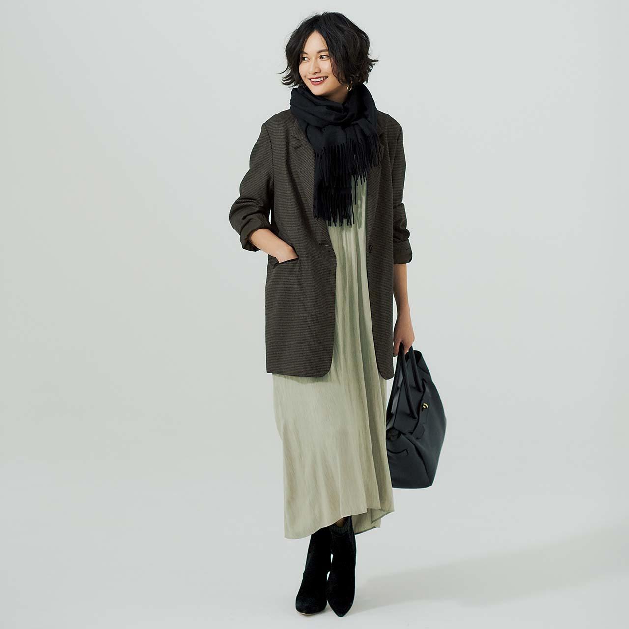 チェックのジャケット&とろみワンピースを着たモデルの渡辺佳子さん