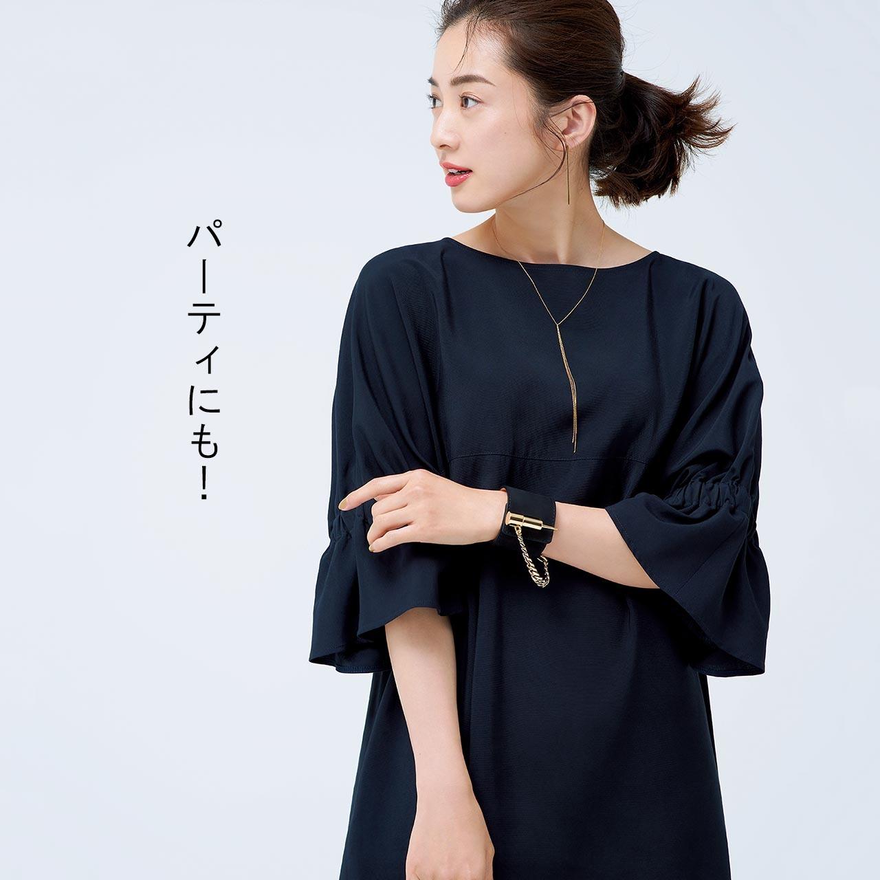 AROREのワンピースのパーティコーデを着た板垣麗子さん