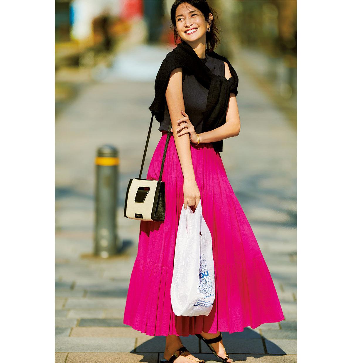 ノースリーブシャツ×ピンクのロングスカートコーデ