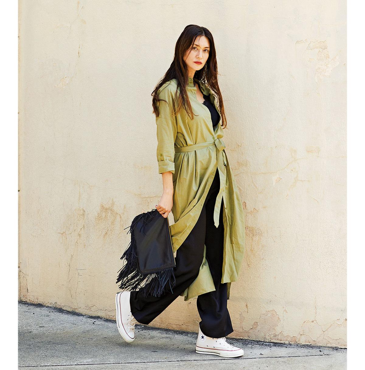 シャツワンピース×黒パンツコーデのファッションコーデ