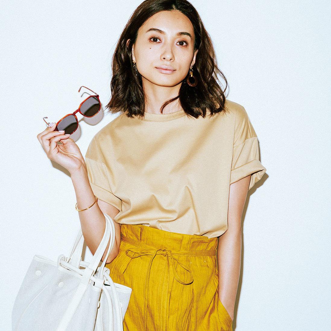 カラーTシャツ×スカートコーデ