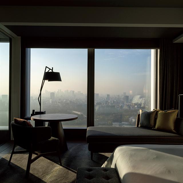 窓いっぱいに都心の眺めが広がる、デラックスルーム-皇居御苑ビュー-
