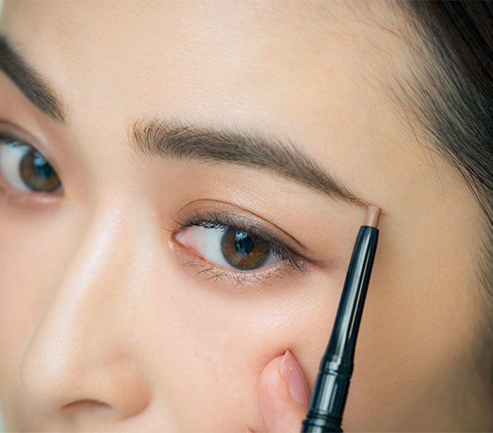 ②中間部分をパウダーで描いた後、眉じりをペンシルで。長さは眉じりの  先が小鼻と目じりの延長線上に来るように