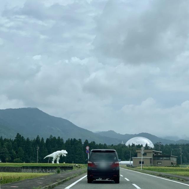 恐竜博物館に向かう車のBGMは当然『ジュラシックパーク』のサントラ!高まるー!半球型の建物が恐竜博物館。