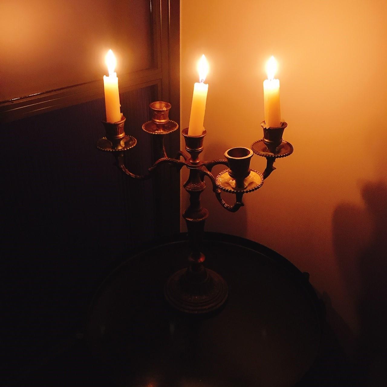 キャンドルの明かりの中で受けるマッサージはリラックス効果満点