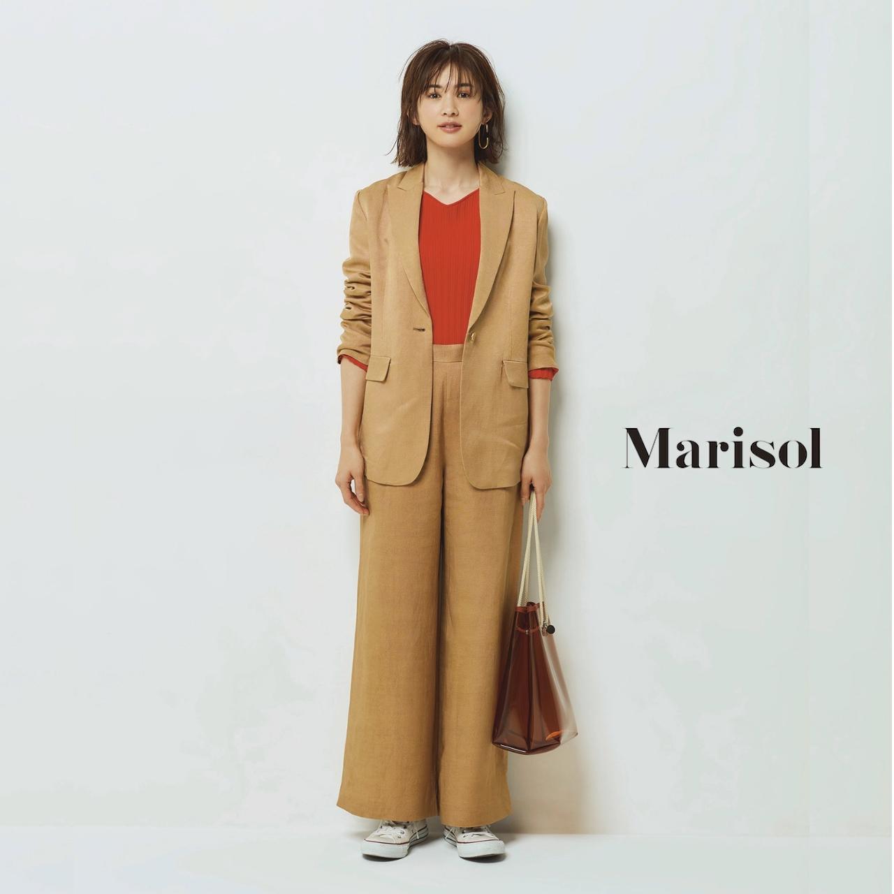 40代ファッション 赤トップス×ベージュパンツのセットアップコーデ