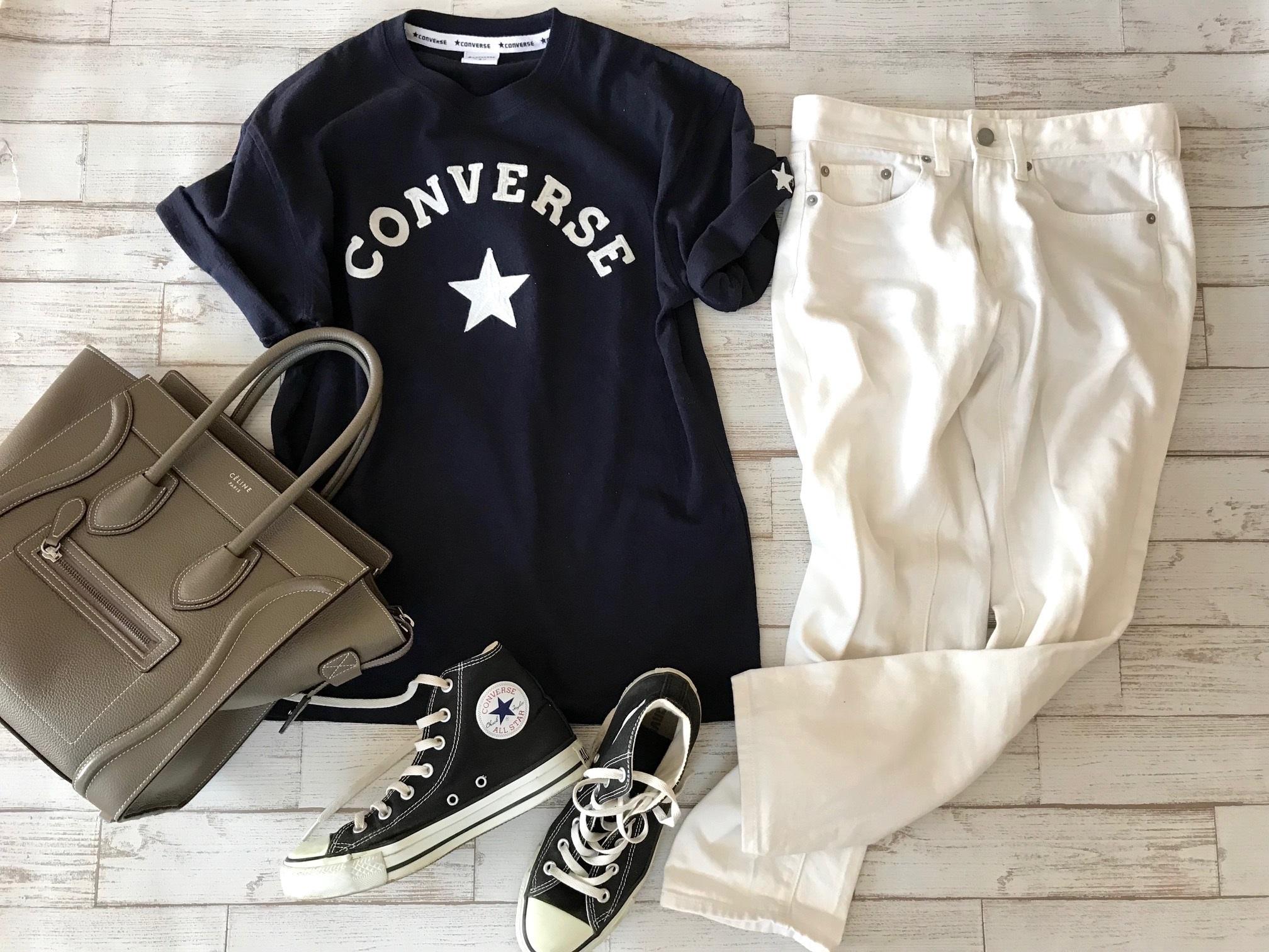 黒コンバースのハイカットスニーカー×Tシャツ&白パンツのファッションコーデ