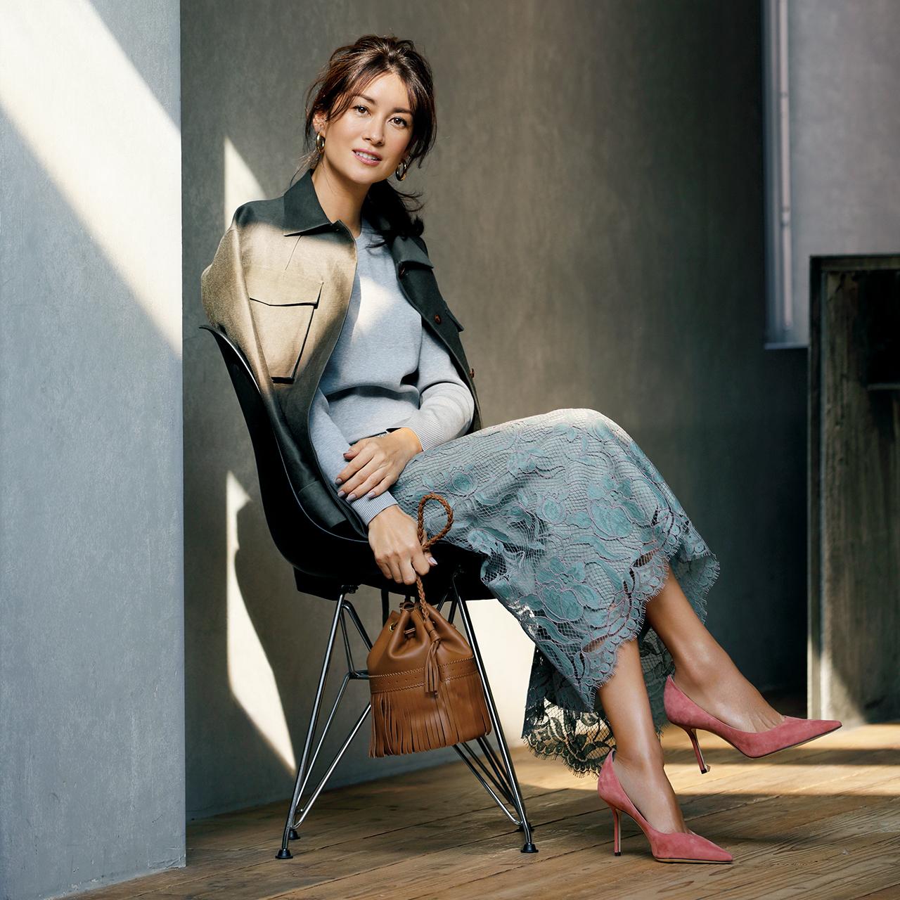 ジャケット×レーススカート×サーモンピンクのヒールパンプスコーデを着たモデルのブレンダさん