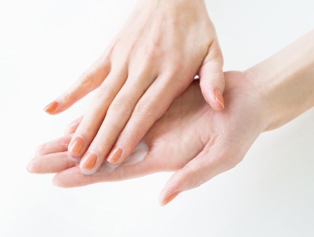 【メイク落とし】1.メイク落とし(オイル、ミルク、クリーム)を手にとったら指の腹をすり合わせ、体温で温める。