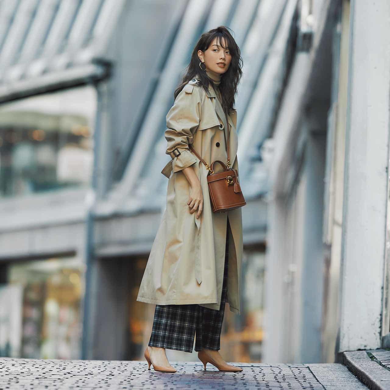 ベージュのトレンチコート×ニット&チェック柄パンツのファッションコーデ