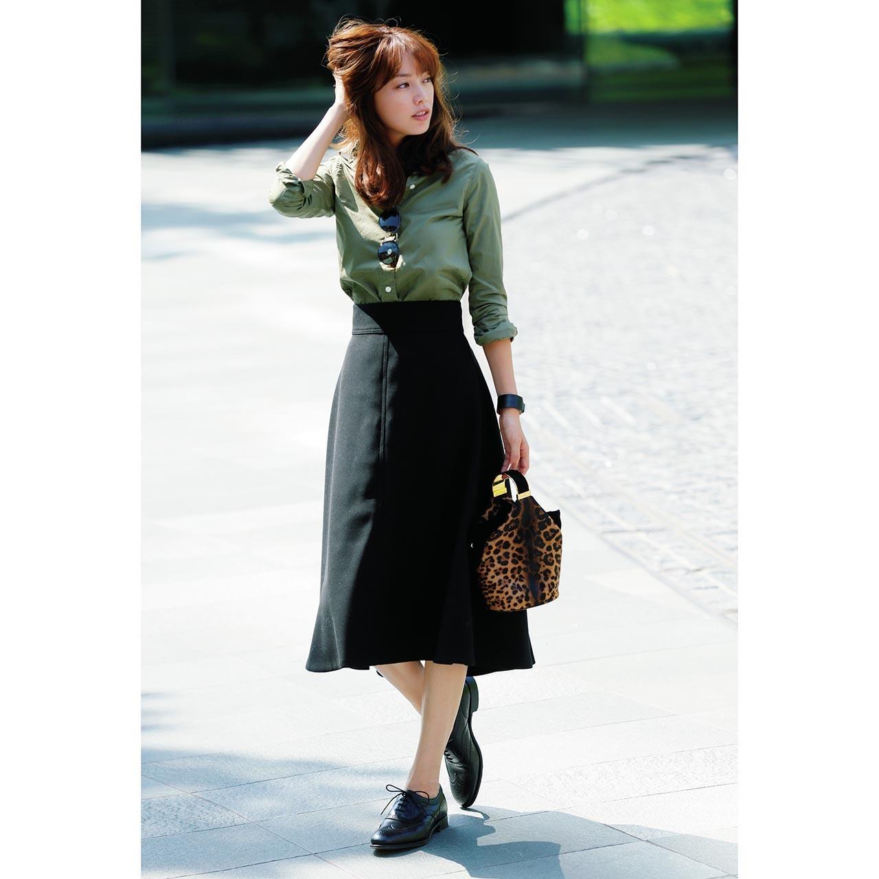カーキシャツ×黒フレアスカートコーデ