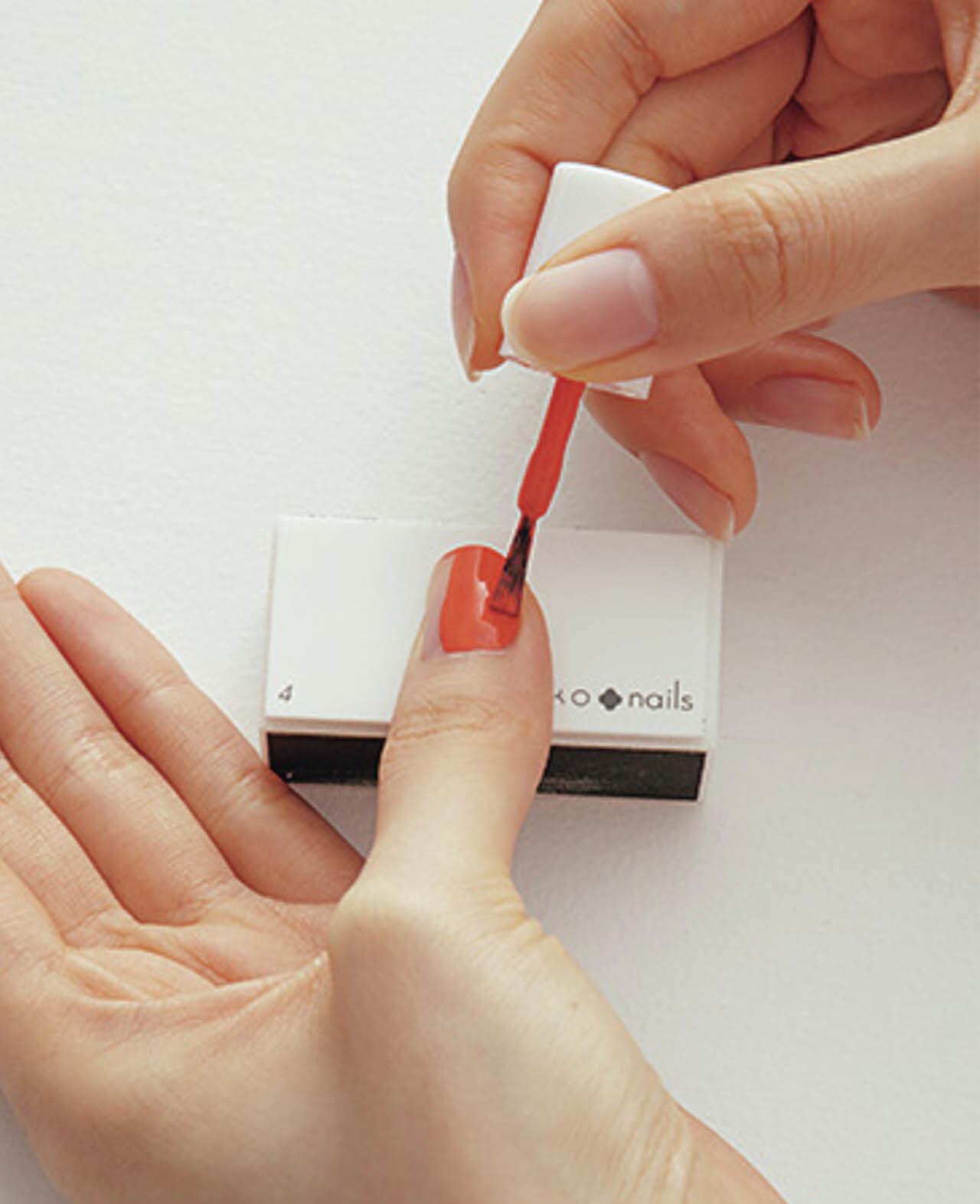 4.サイドを塗る際は、筆の角を使うと、はみ出しづらい。1度目の色のムラを消すことを意識しながら再度塗り、トップコートで完成