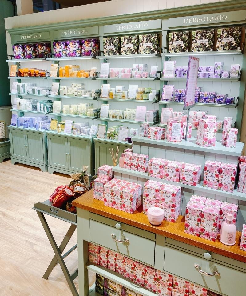 日本初上陸のイタリアの国民的ブランドL'ERBOLARIO(レルボラリオ)の第1号直営店の店内