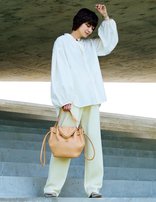 リラクシーなニットパンツをきれいめに着こなした富岡佳子