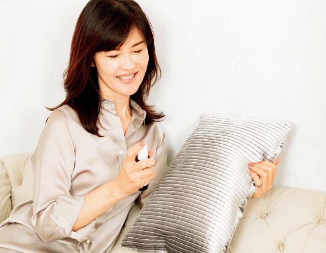 良質な睡眠をとるためにピローミストをひと吹きする安倍佐和子さん