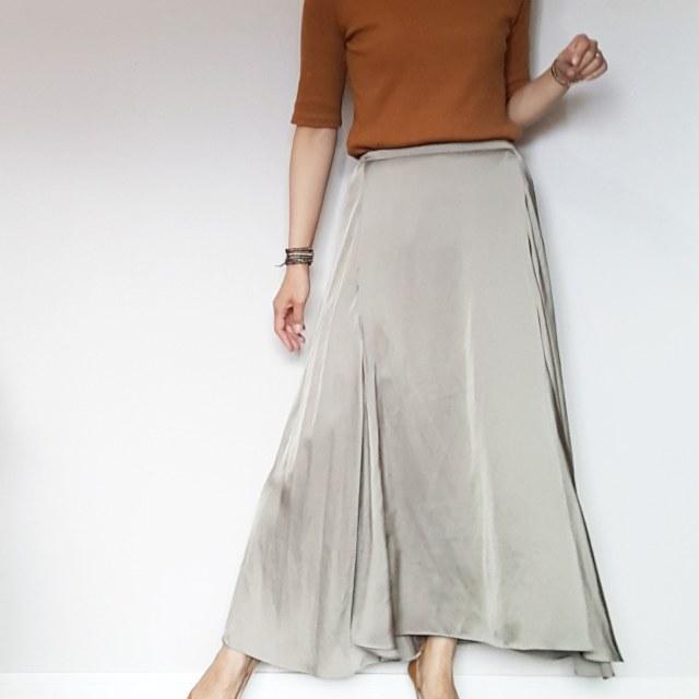揺れるサテンスカートで女っぷりフェミニンスタイル。_1_3-1
