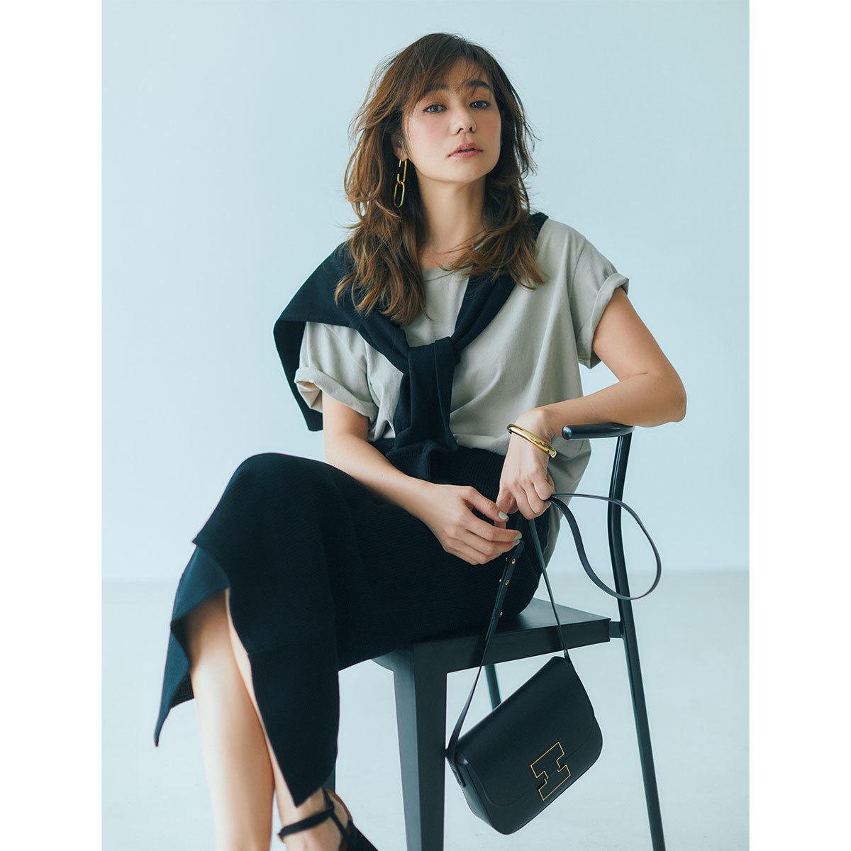 グレージュTシャツ×ミディ丈のタイトスカートのきれいめファッションコーデ