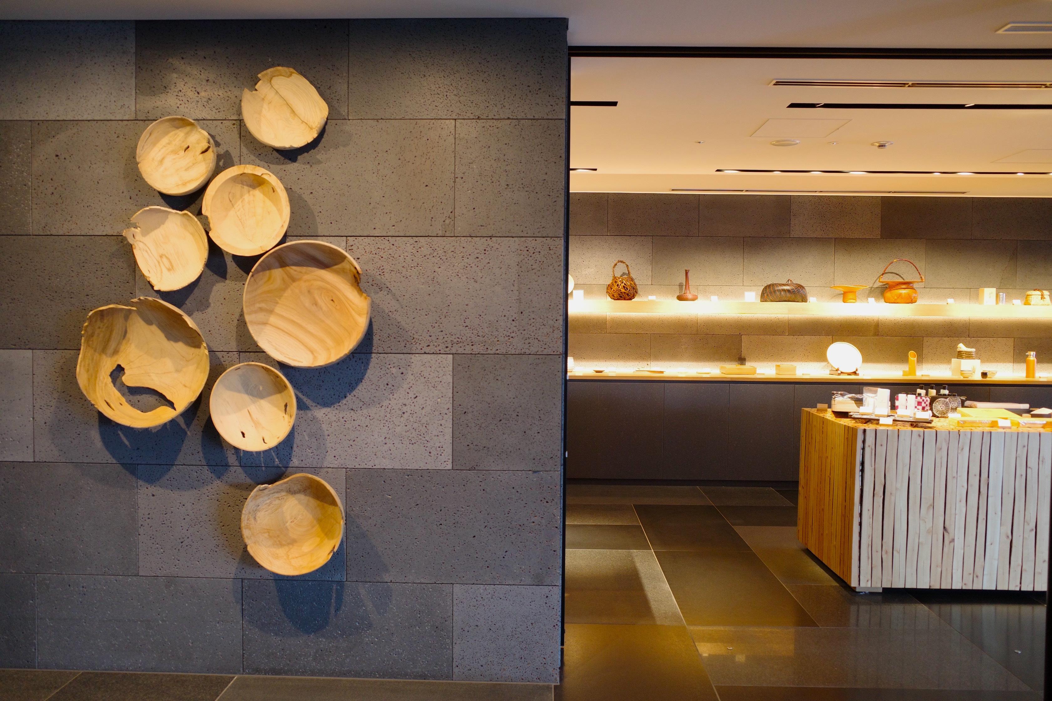 工芸品やお土産を扱うギャラリーにある間伐材を利用した作品は、 大分在住のアーティスト・運天達也さんによるもの。