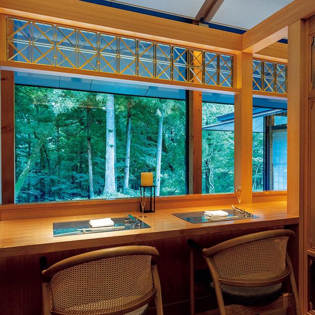 「日本料理 節中」の2名席は、 庭の緑を望める個室仕立て