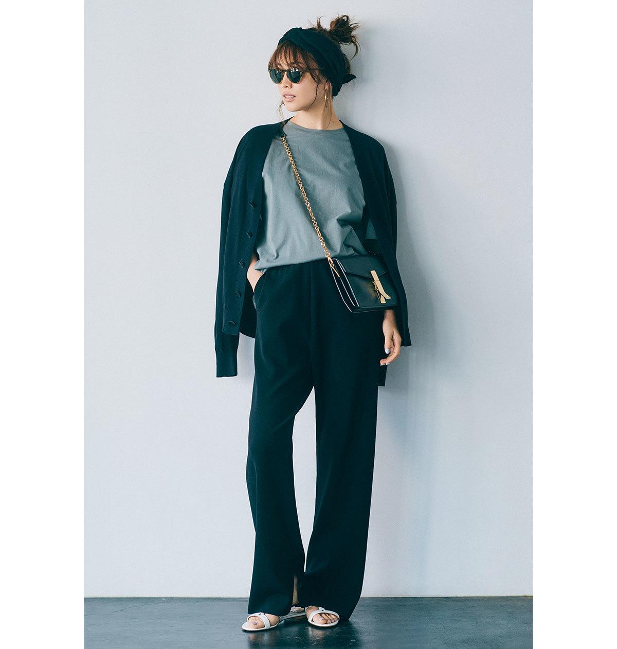 ■エイトンのスモーキーグレーTシャツ × 黒パンツ