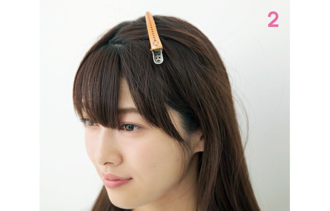 ドラッグして移動 必ず、2段にブロッキングを  前髪セルフカットをする前に、取り分けた部分を上下2段に分け、上の段をダッカールで留めてブロッキングを。